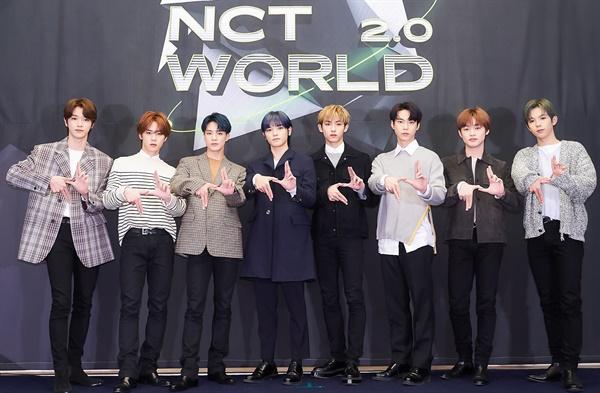 'NCT World 2.0' NCT 세계로! NCT의 성찬, 쿤, 제노, 태용, 윈윈, 도영, 천러, 쇼타로가14일 오후 열린 Mnet < NCT World 2.0 > 온라인 제작발표회에서 포즈를 취하고 있다. < NCT World 2.0 >은 아이돌 최초 멀티버스(Multiverse) 리얼리티를 표방, 데뷔 이래 처음으로 NCT 23인 멤버가 모두 참여하는 단독 리얼리티로 여러 개의 다른 시공간 안에서 펼쳐지는 NCT의 모습을 담은 8부작 프로그램이다. 15일 오후 7시 50분 첫 방송.