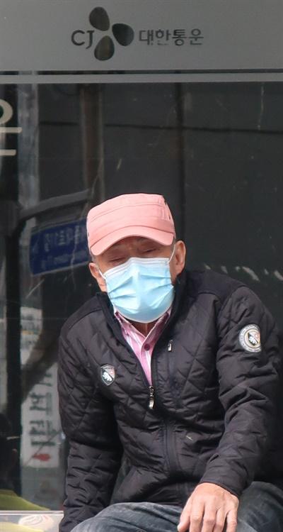 14일 오후 CJ대한통운을 찾은 고 김원종씨의 아버지.