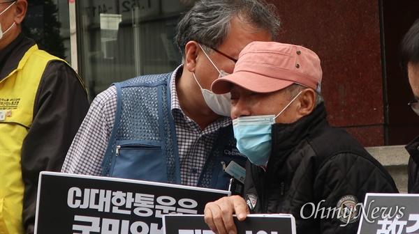 서울 중구 CJ대한통운 본사를 찾은 고 김원종씨 아버지 모습.