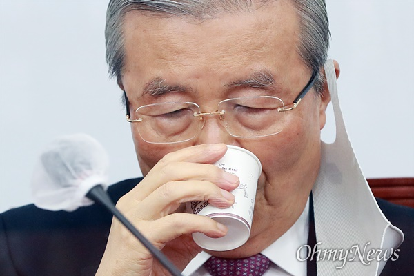 김종인 국민의힘 비상대책위원장이 15일 오전 서울 여의도 국회에서 열린 비상대책위원회의에서 물을 마시고 있다.