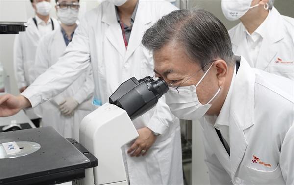 문재인 대통령이 15일 오후 신종 코로나바이러스 감염증(코로나19) 백신 개발 기업인 경기도 성남 소재 SK바이오사이언스 방문, 세포배양실에서 현미경을 들여다보고 있다.