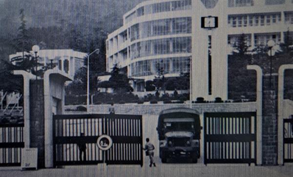 부마항쟁 당시 계염령이 선포된 부산대 정문의 모습