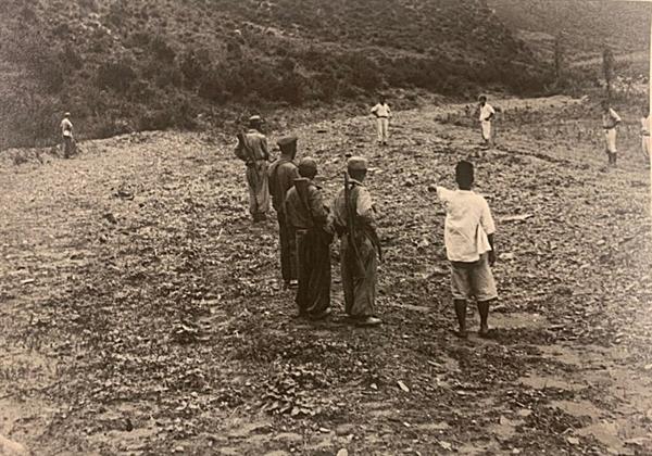 [발굴사진] 인근 주민으로 추정되는 사람이 골령골 현장을 방문한 북한군에게 무언가를 가리키고 있다. 1950년 7월 또는 8월, 대전을 점령한 북한군과 함께 골령골 현장을 방문한 영국 <데일리 워커>의 앨런 위닝턴 기자가 찍었다.