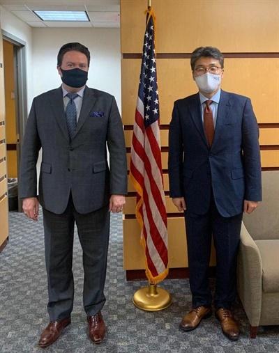 고윤주 외교부 북미국장(오른쪽)과 마크 내퍼 미 국무부 한국·일본 담당 부차관보가 15일 워싱턴에서 만나 양자협력 등에 대해 논의했다.