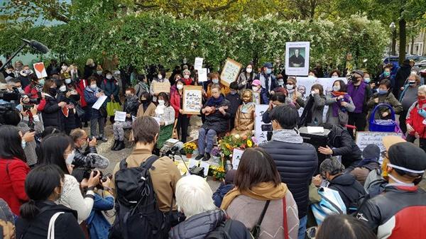 13일 독일 수도 베를린에서 시민들이 거리에 설치된 '평화의 소녀상'에 대한 당국의 철거명령에 항의하기 위해 미테구청 앞에서 열린 시위에서 우쿨렐레 공연이 열리고 있다.