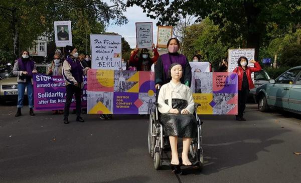 13일 독일 수도 베를린에서 시민들이 거리에 설치된 '평화의 소녀상'에 대한 당국의 철거명령에 대해 항의하며 행진을 하고 있다.