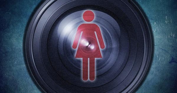 KBS 연구동 여자 화장실에 불법 촬영용 카메라를 설치한 KBS 공채 출신 프리랜서 개그맨에게 실형이 선고됐다.