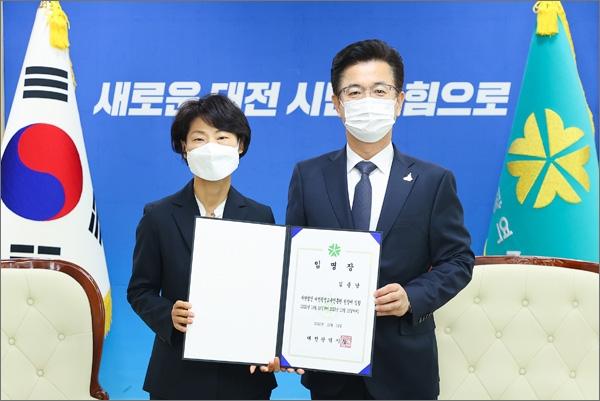 신임 김종남 대전평생교육진흥원장(왼쪽)과 허태정 대전시장.