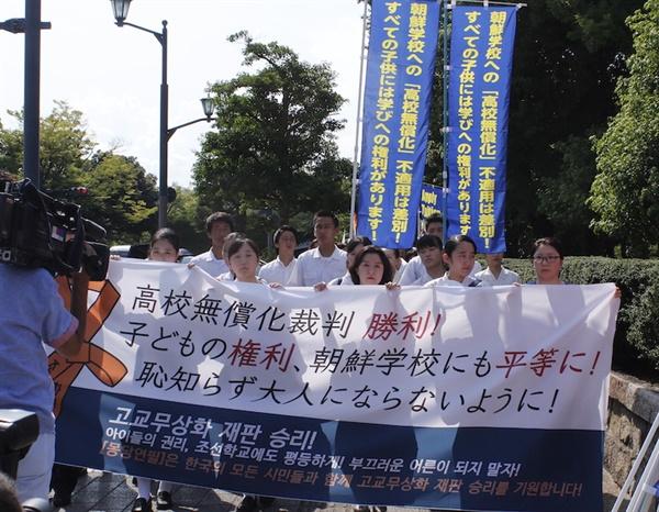 히로시마조선학교 무상화재판 1심이 진행된 2017년 7월 19일 조선학교 학생과 학부모가 법원으로 들어가고 있다.