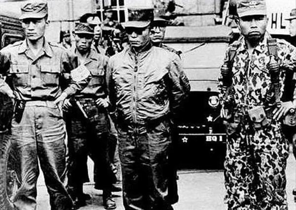 1961. 5. 16. 시청광장에 나타난 선글라스를 낀 박정희 소장(가운데, 왼쪽 박종규 전 경호실장, 오른쪽 후 차지철 경호실장)