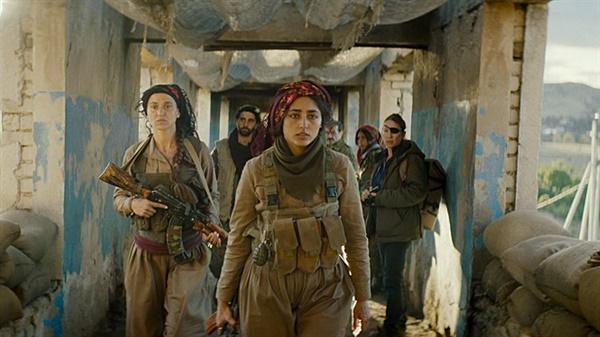 영화 <태양의 소녀들> 스틸 컷. 쿠르드 내 소수민족인 야지디족 여성들로 구성된 민병대를 이끄는 바하르(골쉬프테 파라하니 분).