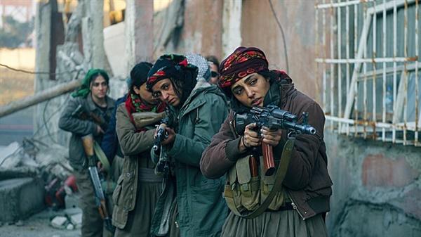 영화 <태양의 소녀들> 스틸 컷. 바하르(골쉬프테 파라하니 분)가 이끄는 여성부대원들.