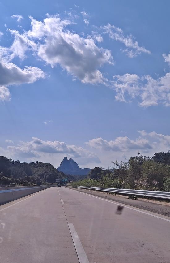 산의 모양이 흡사 말의 귀를 쏙 빼닮은 전북 진안의 마이산이다.