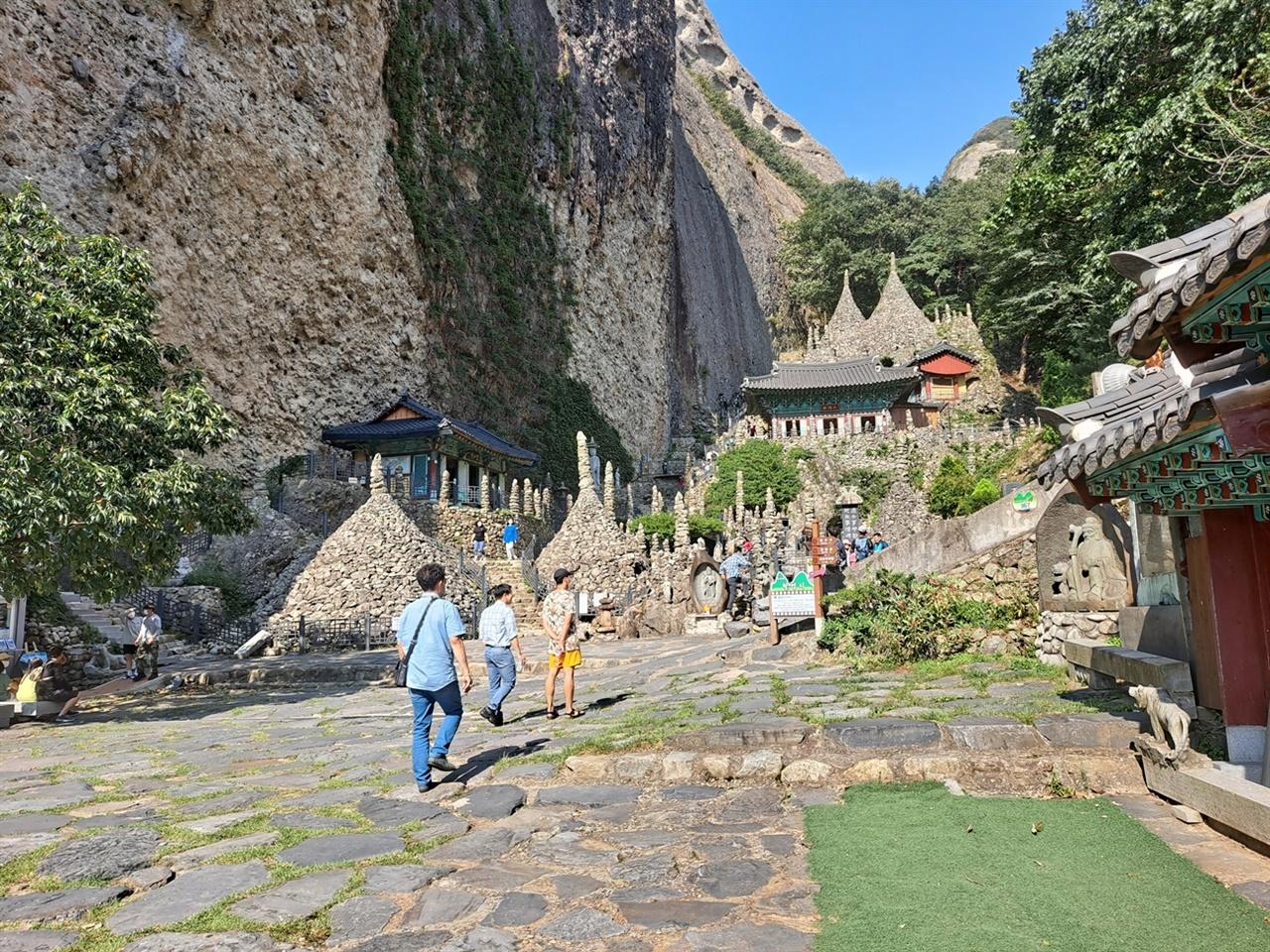 마이산의 남쪽 봉우리 중턱 급경사면은 움푹 패여 있다.