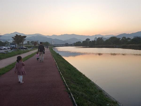 강원도 동해시 전천 산책로. 서쪽으로는 태백산맥을 마주하고, 동쪽으로는 동해 바다를 향한다. 전천과 나란히 걸으면 산이든, 바다든 어디로나 갈 수 있다.