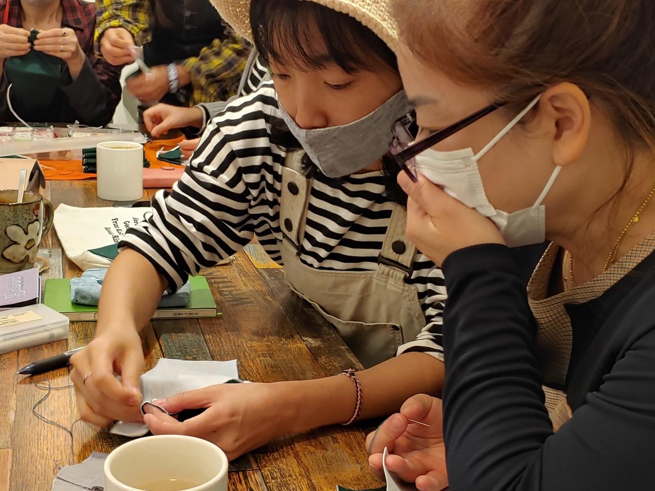 바느질을 하고 있는 참가자들의 모습