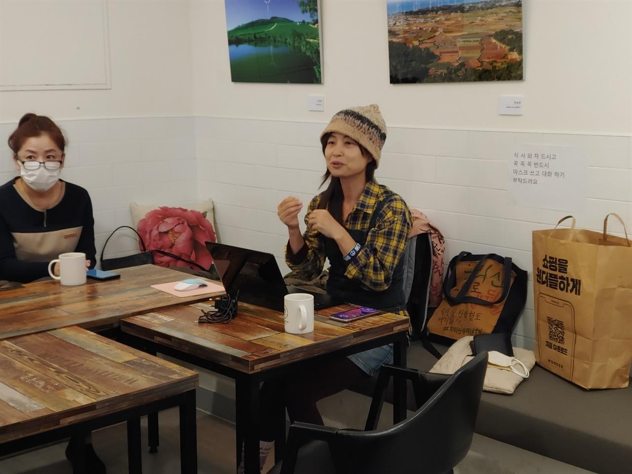 기후위기에 대해 이야기하고 있는 송순옥 활동가의 모습