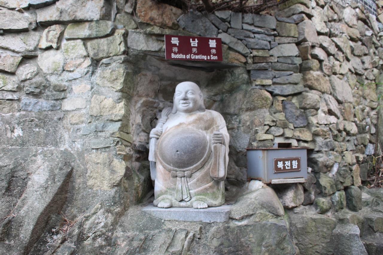 부산  기장  해동용궁사 경내에 있는 득남불 모습