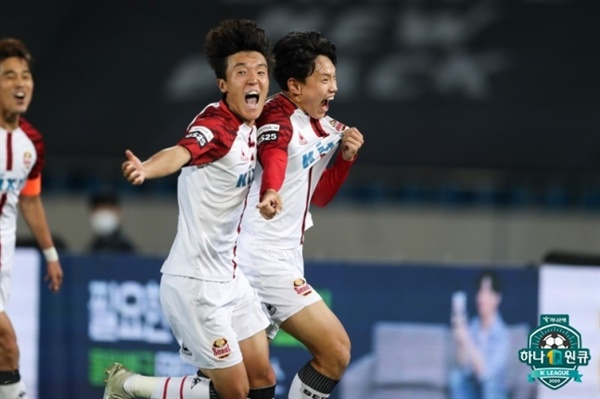 김진야-조영욱 FC서울의 조영욱이 성남전에서 결승골을 터뜨린 후 팀동료 김진야와 기쁨을 나누고 있다.
