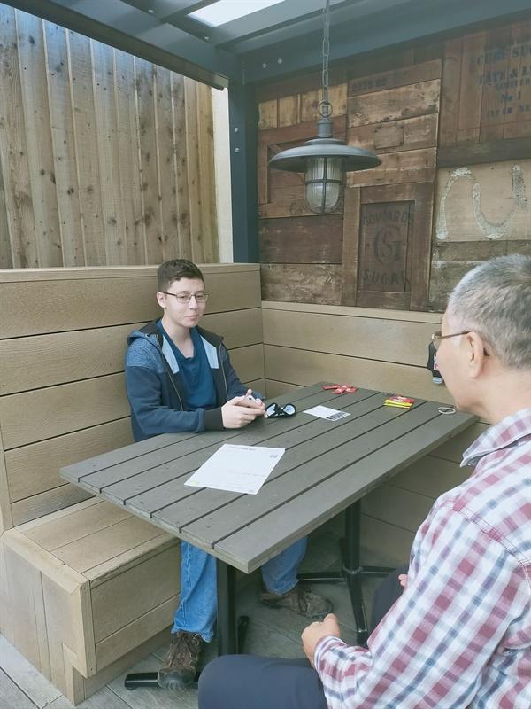 필자와 인터뷰 중인 조나단(왼쪽)
