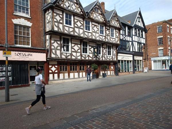 중세에 세워진 글로스터시의 한 선술집 앞. 코로나19로 사람들이 별로 없어 한산했다.