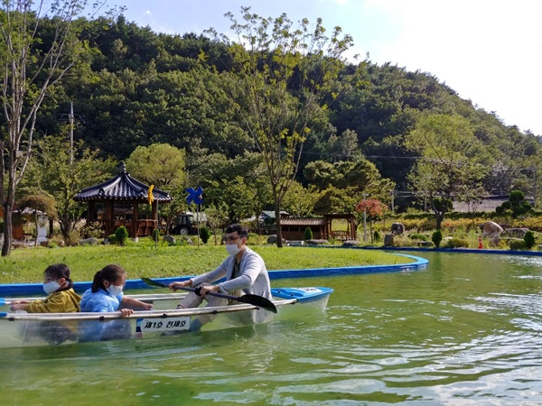 미로정원의 투명 카누. 어른 무릎 높이 정도의 얕은 인공 호수가 있어, 아이들과 카누를 즐기기에 좋다.