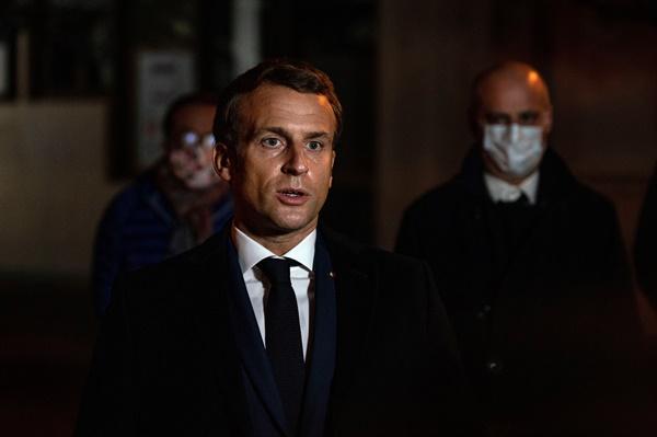 프랑스 교사 참수 사건 현장을 방문한 에마뉘엘 마크롱 프랑스 대통령