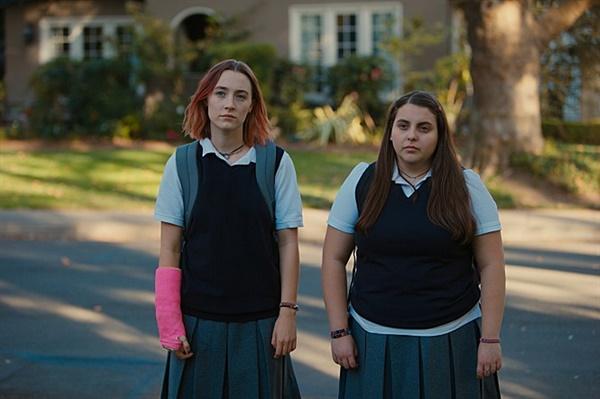 영화 <레이디 버드> 스틸 컷. 단짝친구 크리스틴(시얼샤 로넌 분)과 줄리(비니 펠드스타인 분).