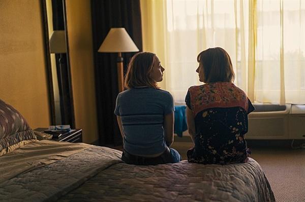 영화 <레이디 버드> 스틸 컷. 어머니와 딸은 원래 애증의 관계인 것일까. 영화 속 시종일관 부딪히던 어머니와 딸.