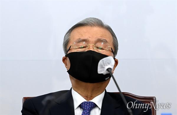 국민의힘 김종인 비상대책위원장이 19일 오전 서울 여의도 국회에서 열린 비상대책위원회의에서 발언 후 생각에 잠겨 있다.
