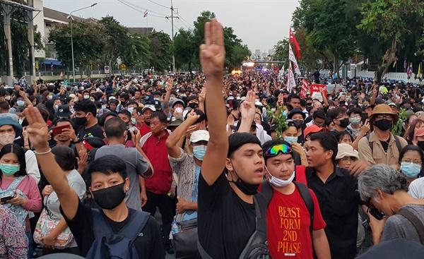 지난 14일 오후 태국 방콕의 쁘라윳 짠오차 총리실 길목에서 반정부 집회 참석자들이 저항의 상징인 '세 손가락 경례'를 하고 있다.