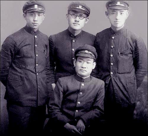 숭실중학교 시절 사진, 맨 오른쪽이 윤동주, 그 옆이 문익환