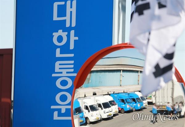 """""""죽음의 현장이 되어가고 있다"""" 올해만 10명의 택배 노동자가 숨진 가운데, 19일 CJ대한통운 부산 사상터미널 현장."""