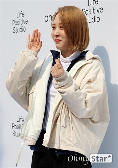 '마마무' 문별, 가벼운 발걸음 마마무의 문별이 19일 오전 서울 종로구 안다르 파지티브 스튜디오에서 열린 프리오픈 포토월 행사에 참석, 포즈를 취하고 있다.
