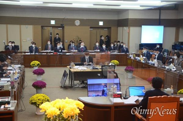 19일 경북대학교 글로벌프라자에서 진행된 국회 교육위원회 국정감사에서는 경북대학교 실험실 폭발사고 문제가 집중적으로 지적됐다.