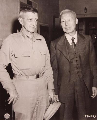 1947년 4월 미국 방문을 마치고 귀국한 직후 이승만이 하지 미군정사령관과 만나는 모습