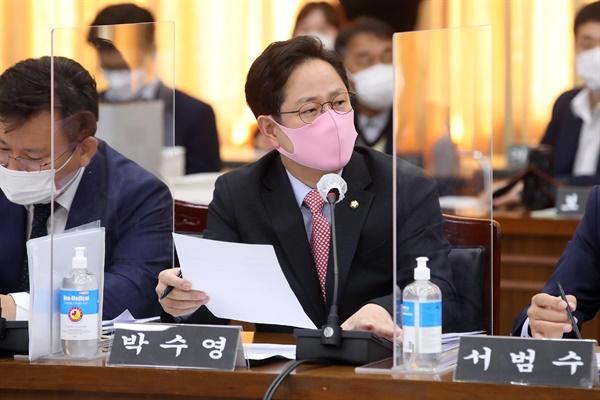 박수영 국민의힘 의원이 20일 오전 경기도청 신관 4층 제1회의실에서 열린 2020년 행정안전위원회 국정감사에서 이재명 경기도지사를 상대로 옵티머스 사기 사건과 관련해 질의를 하고 있다.
