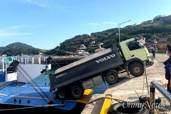 10월 19일 오후 3시경 경남 통영시 욕지항에서 덤프트럭 하역작업을 하다 선박의 발판이 내려가면서 턱에 걸리는 상황이 벌어졌다.
