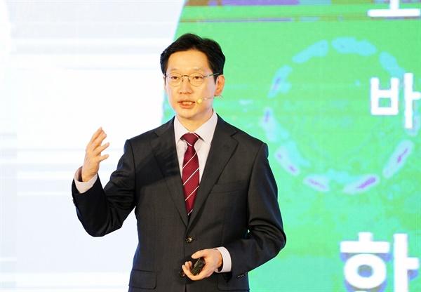 10월 19일 열린 '제2회 경남 사회혁신 국제포럼'에서 김경수 지사가 기조강연하고 있다.