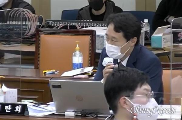 19일 경북대학교에서 열린 국회 교육위 국정감사에서 이탄희 의원이 임종식 경북교육감에게 질의하고 있다.