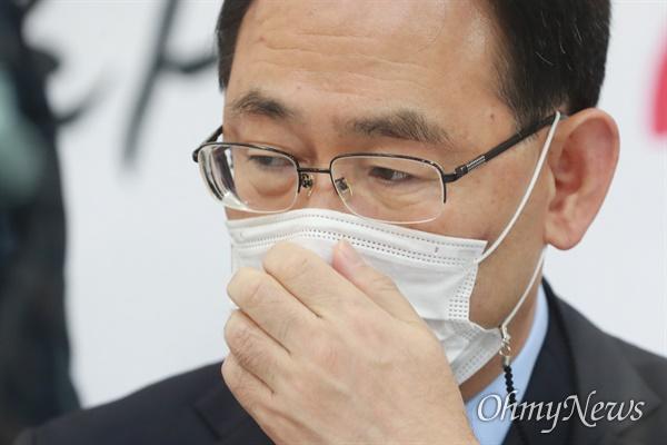 주호영 국민의힘 원내대표가 20일 오전 서울 여의도 국회에서 열린 원내대표단회의에서 마스크를 고쳐쓰고 있다.