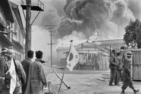 여순사건 당시 여수 중흥동 전투 모습 여순사건 당시 여수 중흥동에서 반란군과 진압군 간 전투장면을 찍은 사진이다.(원본 : LIFE 종군기자 Carl Mydans) 집압군에는 미국 군사고문단도 포함되어 있었던 것으로 알려져 있다.