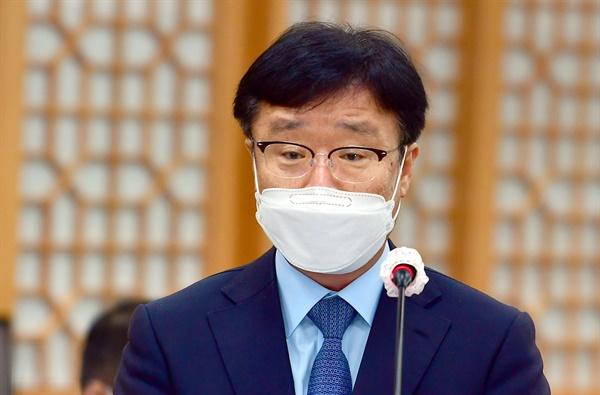 2020년 10월 20일 광주시교육청에서 진행된 국회 교육위원회 국정감사에서 출석해 '전남대 산학협력단 성추행 및 피해자 해고 사건'에 대해 답하고 있는 정병석 당시 전남대 총장.