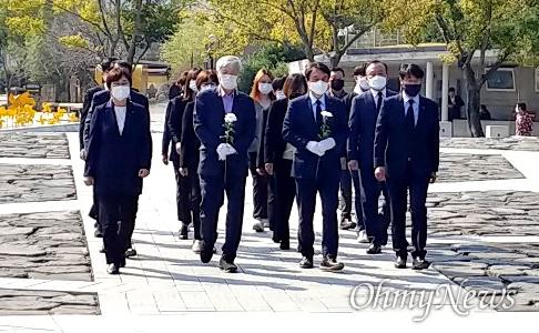 김종철 정의당 대표가 10월 20일 오후 봉하마을을 찾아 고 노무현 전 대통령 묘소를 참배했다.