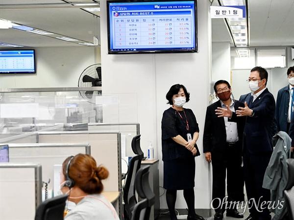인천시는 10월 20일 송도 미추홀타워에서 '노·사 및 전문가 협의회'를 열어 120미추홀콜센터 근로자에 대한 정규직 전환에 합의했다. 박남춘 시장이 120미추홀콜센터를 둘러보고 있다.