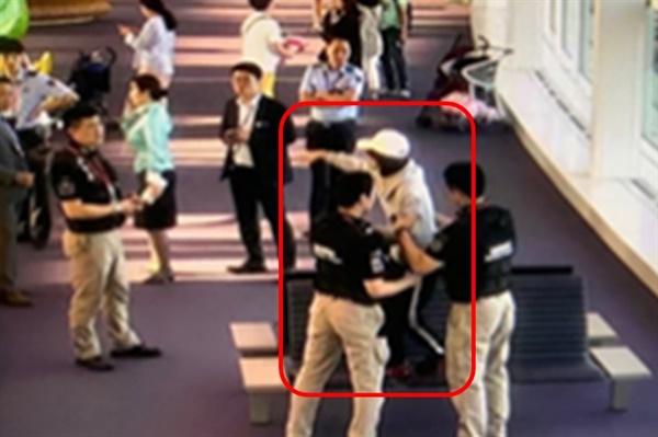 2019년 9월 28일 일본 후쿠오카 공항에서 입국이 거부돼 인천공항을 거쳐 다시 말레이시아 쿠알라룸푸르 공항으로 돌아가야 하던 외국인 승객 A씨가 인천공항 관계기관 직원들 사이에서 삿대질을 하며 소란을 피우고 있다.