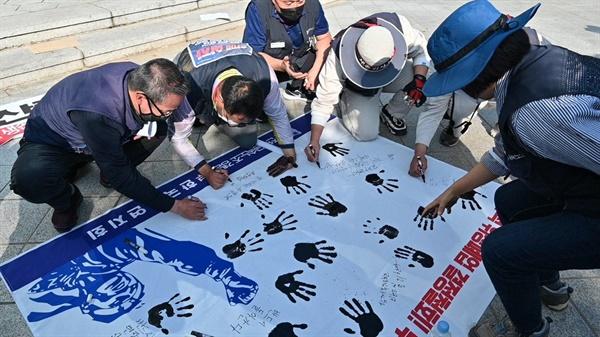 전국금속노동조합 경남지부 한국산연지회와 '한국산연 청산철회 생존권보장 경남대책위'는 20일 오후 '정발장군동상 공원'에서 집회를 열었다.