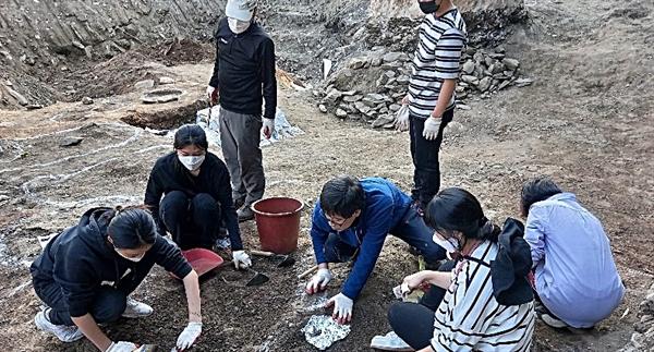 20일, 성미산 학교 11학년과 12학년(고등학교 2, 3학년 과정) 학생들이 대전 골령골에서 유해발굴을 하고 있다.