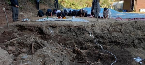 20일, 성미산 학교 11학년과 12학년(고등학교 2, 3학년 과정) 학생들이 대전 골령골에서 유해발굴을 마친 후 미리 준비해온 술과 과일을 놓고 희생자를 추도하는 절을 하고 있다.