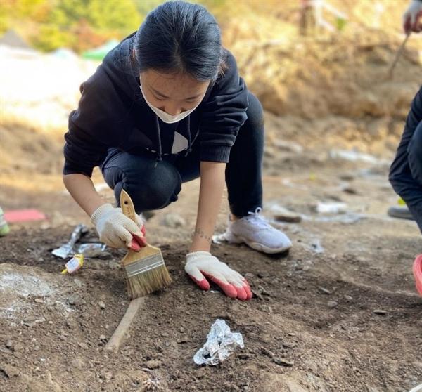 """20일, 대전 골령골 유해발굴 봉사활동을 하고 있는 성미산 학교 김지수(12학년) 학생. 이 학생은 """"땅을 파다 처음엔 '내가 유해를 찾았구나'하며 뿌듯해하다 처참한 유해의 형태와 유가족들을 대하고 웃을 수가 없었다""""고 말했다."""